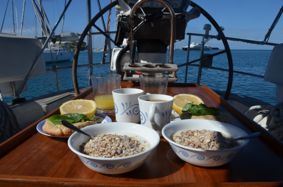 Gåvas frukost i sittbrunnen en morgon utan stress