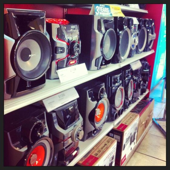 Högtalare i elektronikaffär, ju större desto bättre!