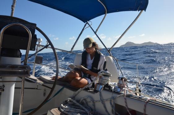 Segling över, och ja vi delar på ansvaret att köra båten men här läser jag, Hanna som vanligt.