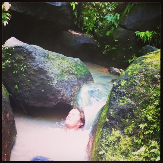 Erik badar i det varma vattnet