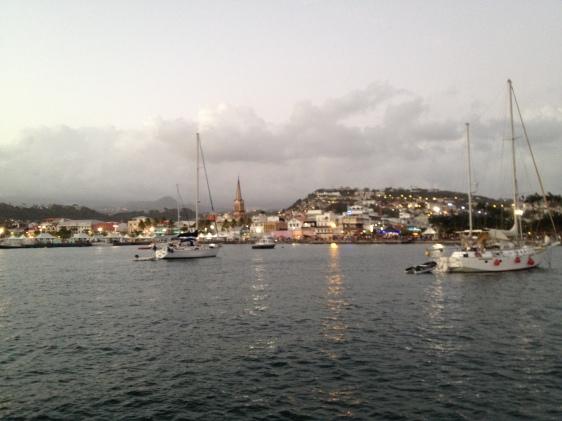 Utsikt från båten in mot strandpromenaden