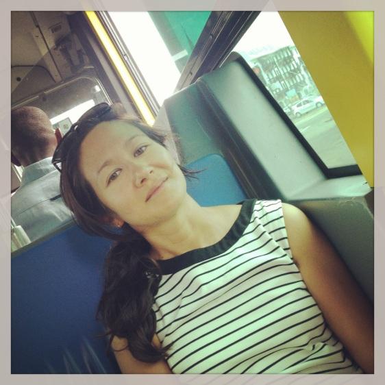 Hanna laddar på bussen på väg till Hyper U