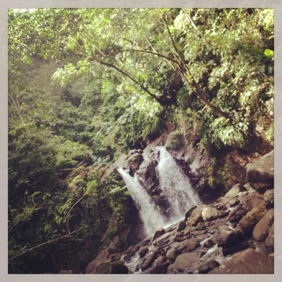 Vi gick uppför floden, först till ett litet vattenfall ca 15 minuter. Därefter 45 minuter till det stora vattenfallet