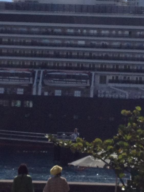 Kvinna som missat sitt fartyg och blir körd ut till fartyget med båt. Mycket surrande på kajen. Ovanlig syn även för lokala dominikabor.