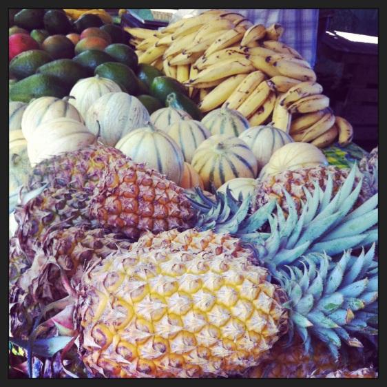 Även inhandling av frukt på fruktmarknaden i Deshaies