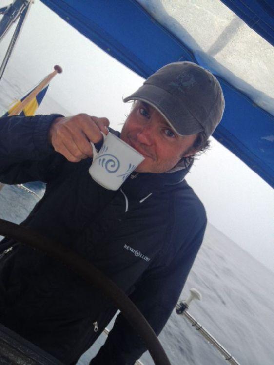 En kopp kaffe värmer i regnet
