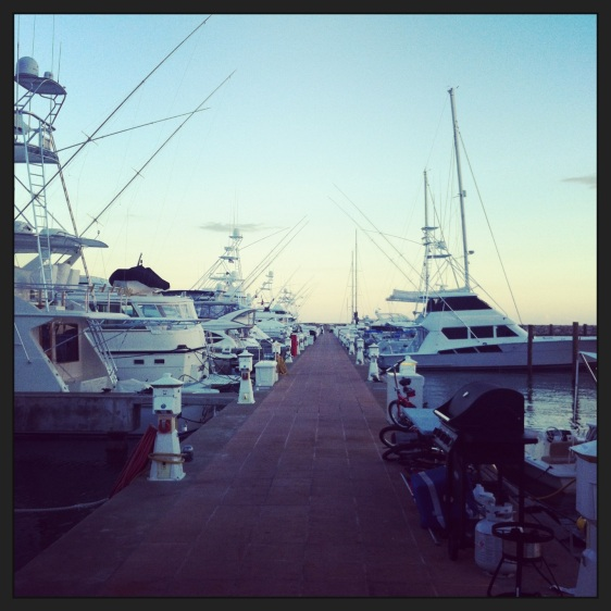 Vår kaj med fiskebåtar, varje båt har en enorm kylbox och mastodontgrill på kajen