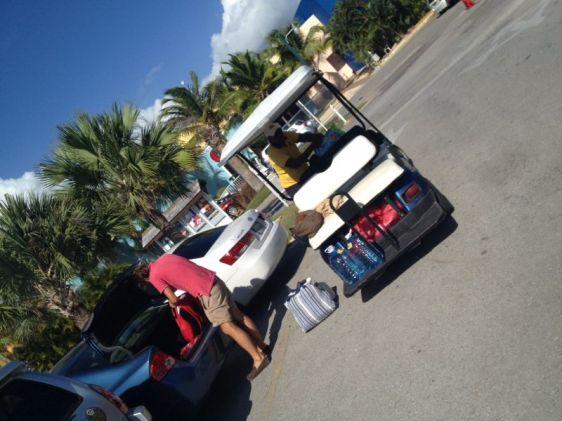Handling innan vi blev sjösatta - en av marinans golfbilar hjälper oss