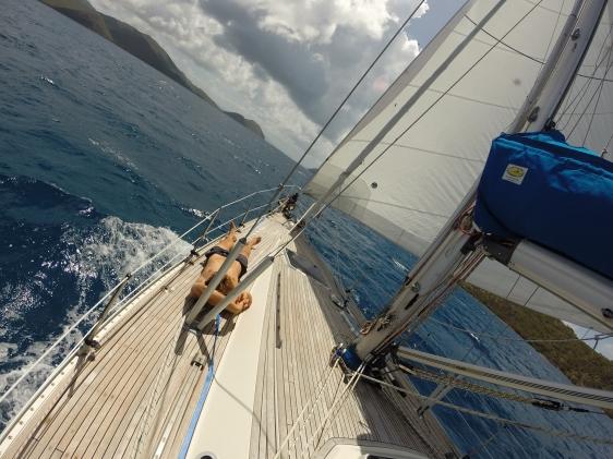 Underbar segling i 7 knop till St Johns med enbart genua