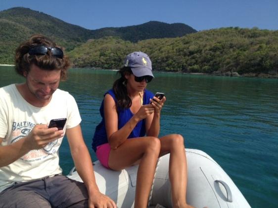 """Hanna och Boran """"snor"""" internet från en resort från vår jolle"""