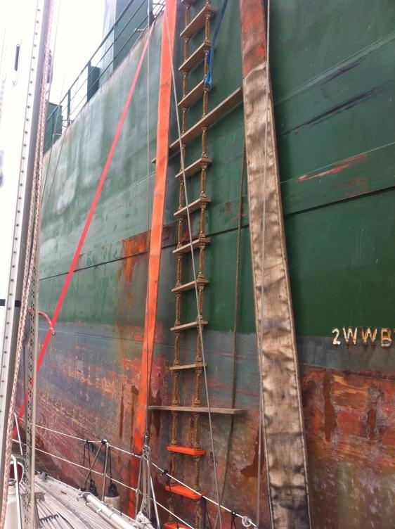 Klättrade på en ranglig stege ned från fartyget till Gåva